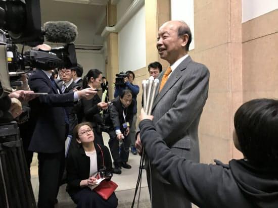 報道陣の取材に応じる富山県の石井隆一知事(14日、富山県庁)