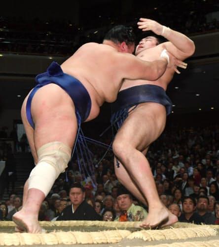 北勝富士(左)に押し出しで敗れる鶴竜