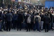 14日、テヘランで反政府デモに参加する人々=AP