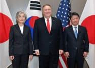 日米韓外相会談に臨む(左から)韓国の康京和外相、ポンペオ米国務長官、茂木敏充外相(14日、米カリフォルニア州イーストパロアルト)
