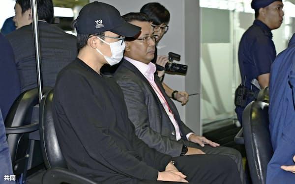 帰国のため、空港に到着したバドミントン男子の桃田賢斗選手(15日、クアラルンプール近郊)=共同