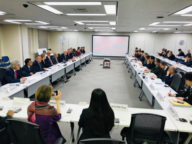 IAEAのチーム(左)による原子力規制委の再調査が始まった(15日)