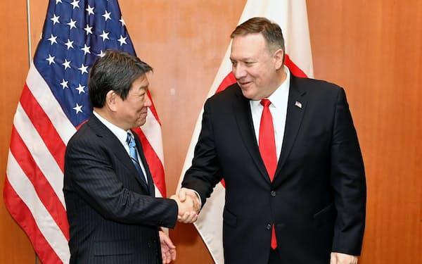 握手する茂木敏充外相(左)とポンペオ米国務長官(14日、米カリフォルニア州イーストパロアルト)