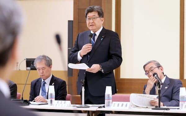 大学入試のあり方に関する検討会議であいさつする萩生田文科相(中)=15日午前、文科省