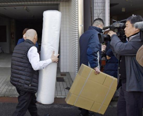 広島地検による家宅捜索で、河井案里参院議員の事務所に向かう係官ら(15日午前、広島市)=共同