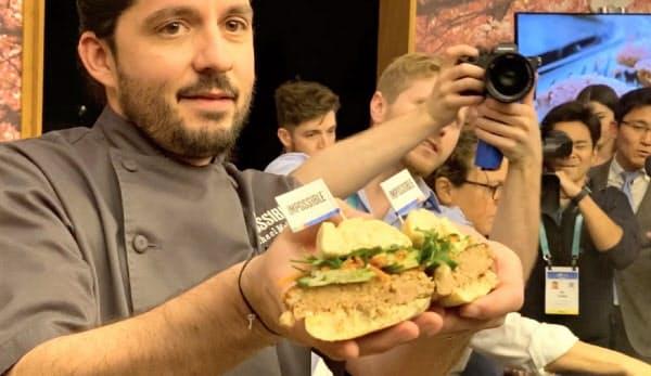 インポッシブルは「CES」で豚肉の味わいに似せた植物肉を発表し、話題を集めた(6日、ラスベガス)