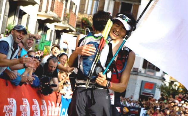 2位のフランス選手と健闘をたたえ合う(09年のUTMB)=藤巻 翔撮影