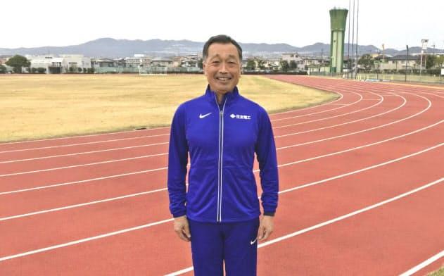 宮川氏はまず30メートルに特化して走る必要性を強調する(兵庫県伊丹市の練習グラウンド)