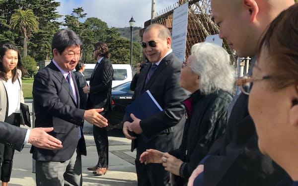茂木外相は多くの日本にルーツを持つ人たちの墓が並ぶサンフランシスコ郊外のコルマ日本人共同墓地を訪れました(13日)