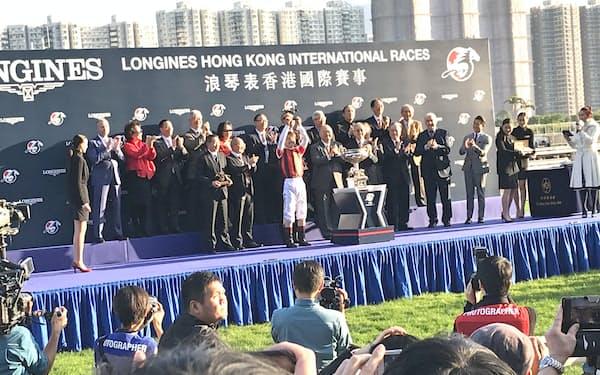 香港カップをウインブライトで制し、喜ぶ松岡騎手