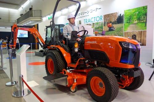 電動トラクターは環境性能や静音性に優れる(15日、京都市)