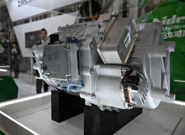 日本電産が新たに開発した高級SUV向けのEV用駆動モーターシステム(15日、東京・江東区)