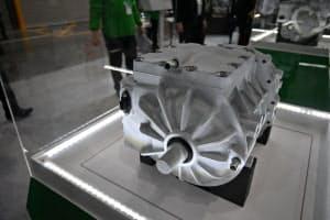 軽自動車タイプ向けのEV用駆動モーターシステムは設計を工夫し小型化を実現した(15日、東京・江東区)