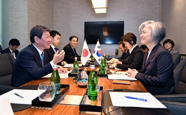 韓国の康外相(右手前)と話す茂木外相(14日、米カリフォルニア州イーストパロアルト)=外務省提供
