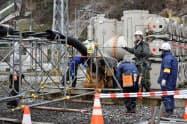 送電ケーブルを地中に敷設する(15日、仙台市)