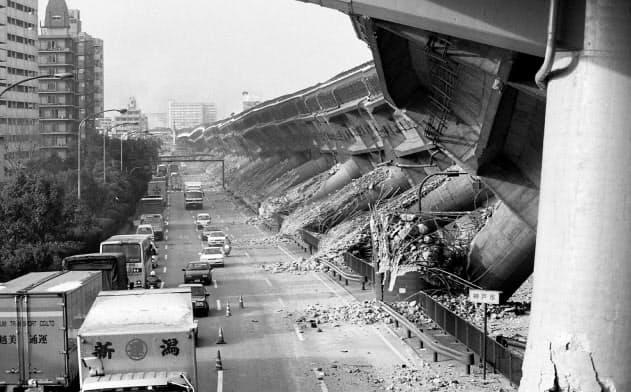 倒壊した阪神高速神戸線(1995年1月17日、神戸市東灘区)