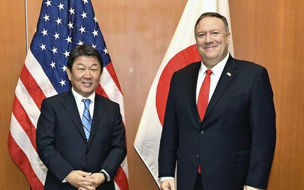 茂木外相(左)とポンペオ米国務長官(14日、シリコンバレー)=外務省提供