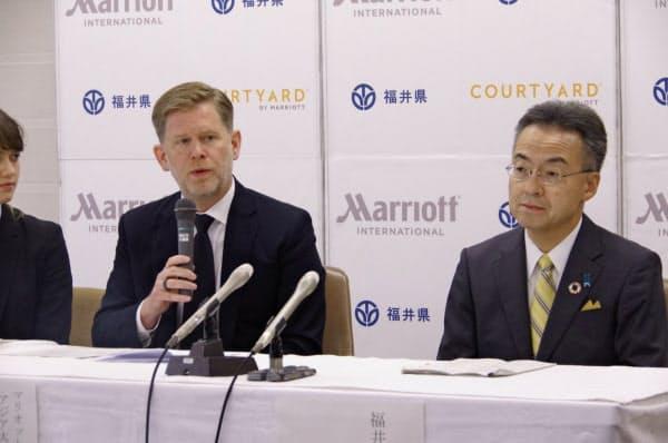 記者会見するマリオット・インターナショナルのショーン・ヒル氏(左)と福井県の杉本知事