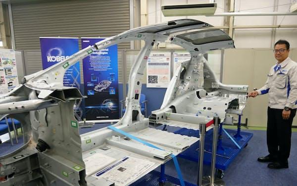 テスラのEV車など国内外の車を一から解体し、素材や接合の研究開発に生かしている(神戸市西区の研究開発拠点)