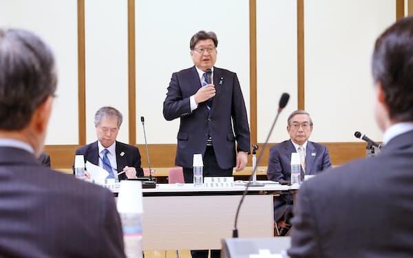 大学入試のあり方に関する検討会議であいさつする萩生田文科相(中央)=15日、文科省