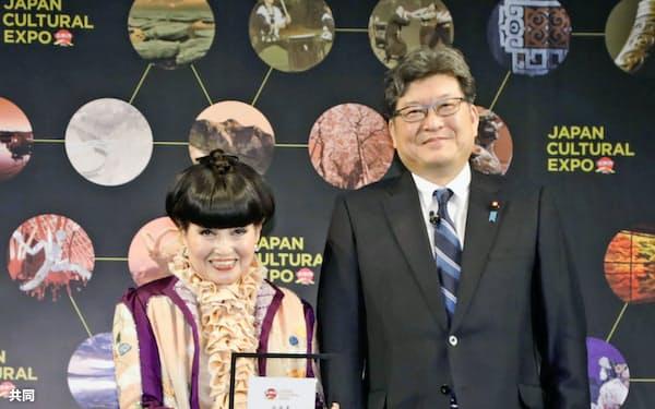 「日本博」の広報大使に任命された黒柳徹子さん(左)と萩生田文科相(15日午後、東京都内)=共同