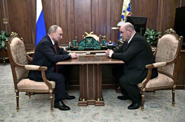 ロシアのプーチン大統領は連邦税務局のミシュスチン長官(右)と面会し、新首相就任を提案した(15日、モスクワ)=AP