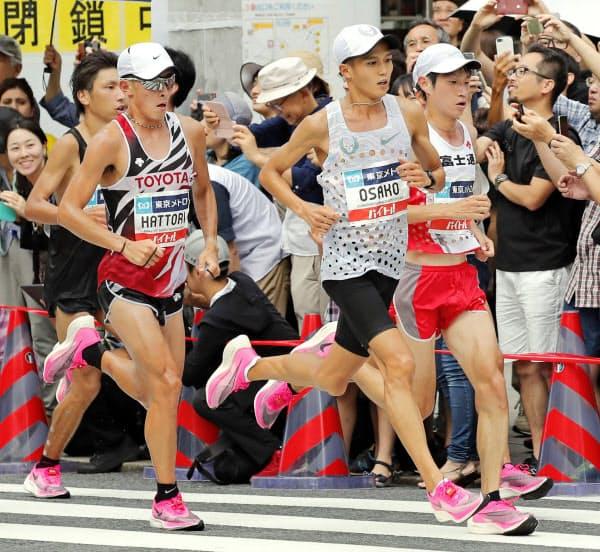 「マラソングランドチャンピオンシップ」で、ナイキの厚底シューズを履いて力走する中村匠吾(右端)ら(2019年9月、東京・銀座)=共同