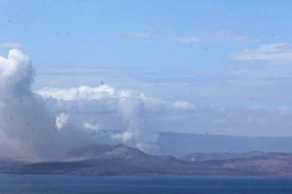 15日、フィリピン・マニラ南方のタール火山から上がる噴煙(ゲッティ=共同)
