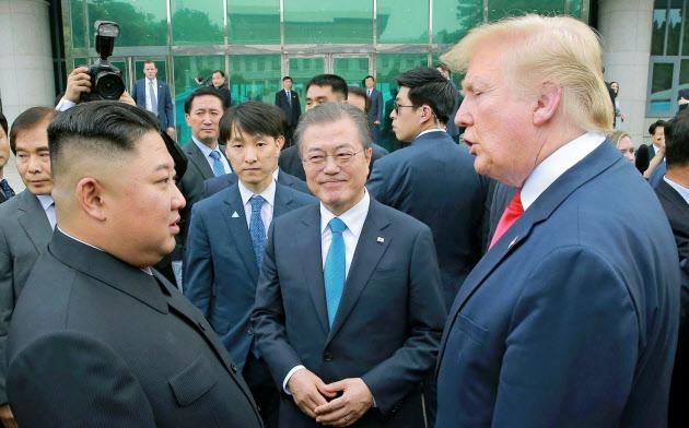 板門店で対面した(左から)北朝鮮の金正恩委員長、韓国の文在寅大統領、トランプ米大統領(2019年6月)=朝鮮中央通信・共同