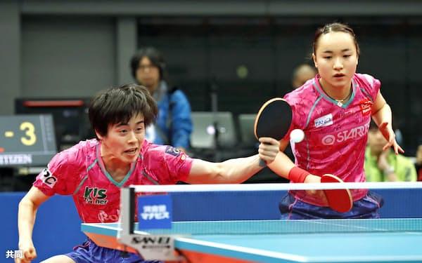 混合ダブルスで優勝した森薗(左)、伊藤組(16日、丸善インテックアリーナ大阪)=共同