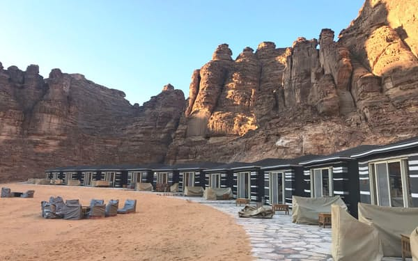 首相一行が宿泊した巨大な岩石群に囲まれたホテル