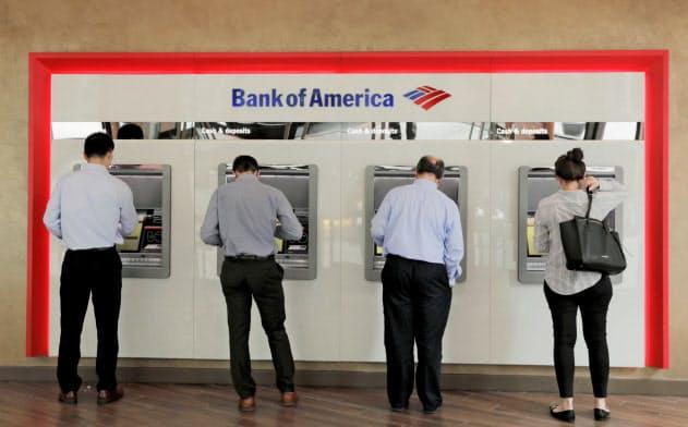 米銀は店舗網の見直しを進めている(バンカメのATM、ニューヨーク)=ロイター