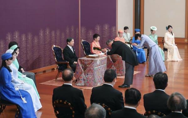 天皇、皇后両陛下、皇族方らが出席して行われた歌会始の儀(16日午前、皇居・宮殿「松の間」=代表撮影