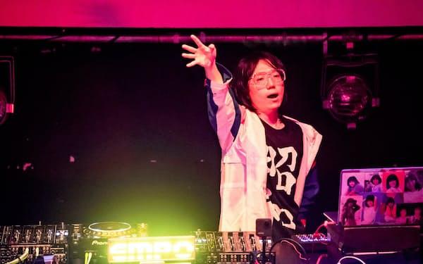「ザ・昭和グルーヴ・ツアー」のライブでプレイするナイトテンポ(2019年12月、東京・渋谷のWOMB)=成瀬 正規撮影