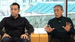 メルカリ会長の小泉文明・鹿島アントラーズFC社長(左)と鈴木秀樹・同マーケティングダイレクター