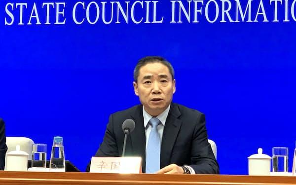 記者会見する中国工業情報化省の辛国斌次官(16日、北京)