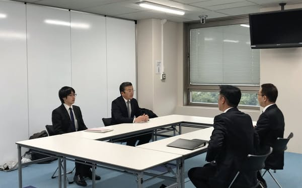 長崎新幹線をめぐり、協議の進め方について国交省(左側)と佐賀県が最初の事務レベルでの面談をした(16日、佐賀県庁)