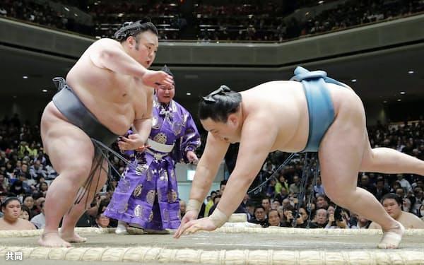 貴景勝(左)が突き落としで玉鷲を下す(16日、両国国技館)=共同