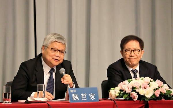 決算会見するTSMCの魏哲家CEO(左)と劉徳音董事長(16日、台北市内)