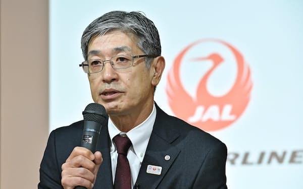 インタビューに答える日本航空の赤坂祐二社長(16日、東京都品川区)