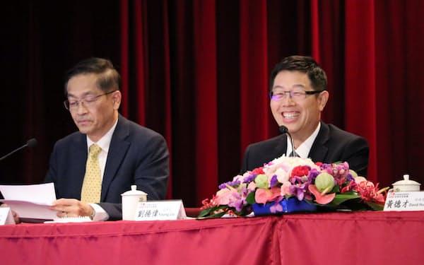 鴻海の劉揚偉董事長(右)は自動車分野の強化を打ち出す(19年11月、台湾・新北)