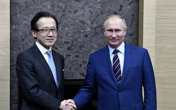 ロシアのプーチン大統領(右)と会談した北村滋国家安全保障局長(16日、モスクワ郊外)=代表撮影