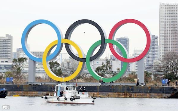 お台場海浜公園内の水上に設置された五輪マークのモニュメント(17日午前、東京都港区)=共同