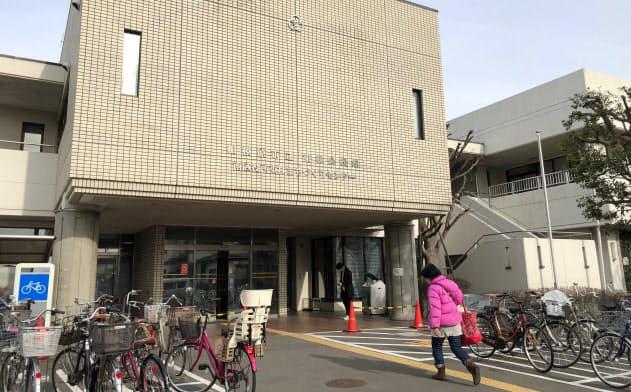 老朽化した施設の改修費などが相模原市の財政を圧迫する(築40年近い同市の東林公民館)