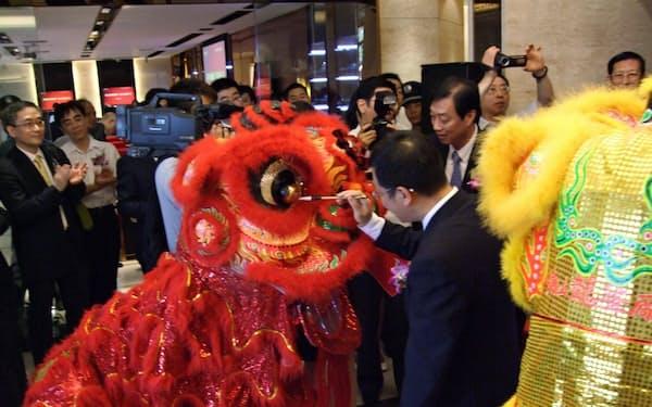 中国では祝賀式典で作り物の竜に墨で目玉を入れる(写真も筆者撮影)