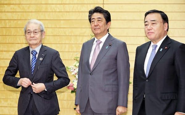 産総研の研究センター長に就任する吉野彰氏(左)の表敬を受ける安倍首相。右は梶山経産相(17日午前、首相官邸)