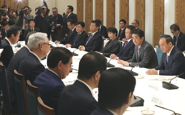 首相官邸で開かれた政府・与党連絡会議(17日)