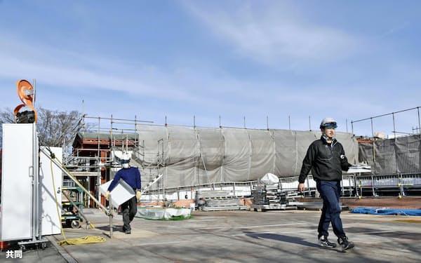 新駅舎の建設が進むJR常磐線の夜ノ森駅周辺(17日午前、福島県富岡町)=共同