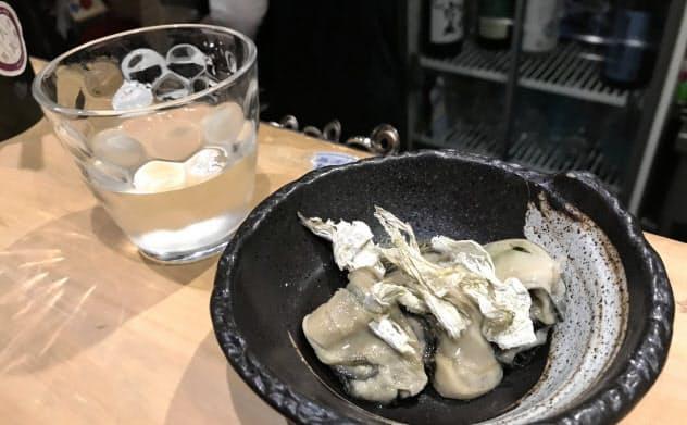 日本酒がよく合うカキの昆布〆(エキニシエリアの「日本酒Bar 丸」)