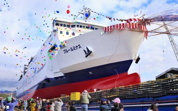 進水した津軽海峡フェリーの新造船「ブルールミナス」(2020年1月9日、内海造船の瀬戸田工場)